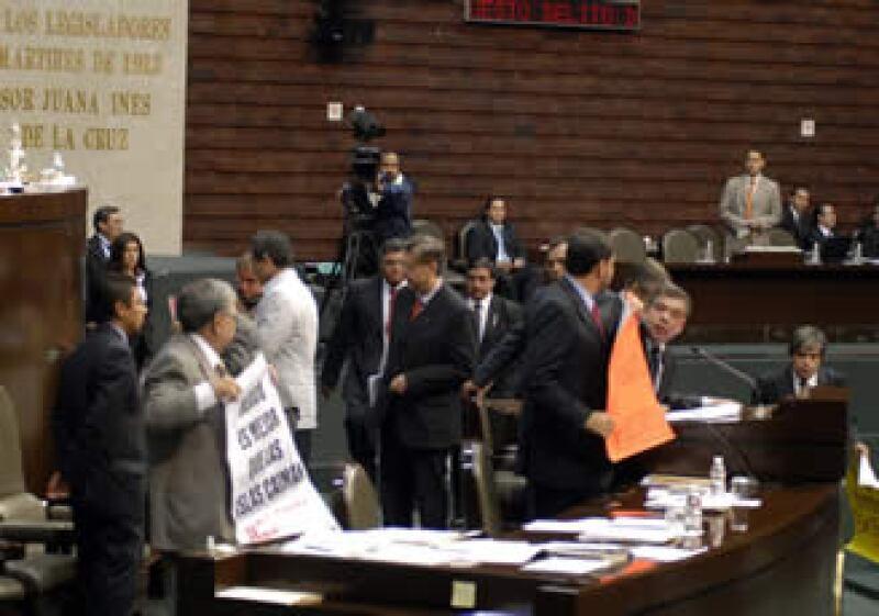Diputados del PT toman la tribuna de San Lázaro. (Foto: Notimex)