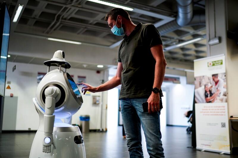 Robot de Zorabot BELGIUM-HEALTH-VIRUS-ROBOT