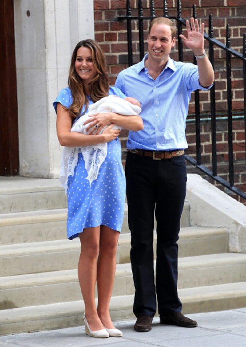 Los duques cuando presentaron a su primer hijo George, afuera del hospital donde también nacerá su segundo hijo.