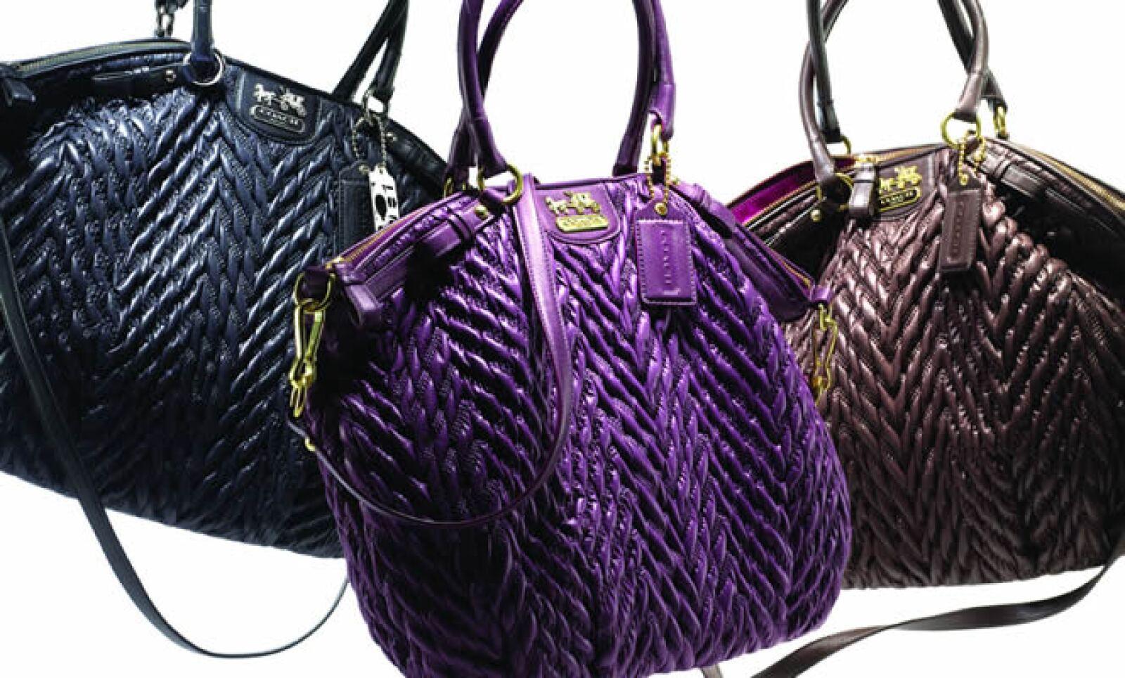 La bolsa Madison Quilted Chevron Lindsey de cuero adornado se inspira en la ropa para esquiar de los años setenta y viene en colores de otoño, como ciruela y caoba.