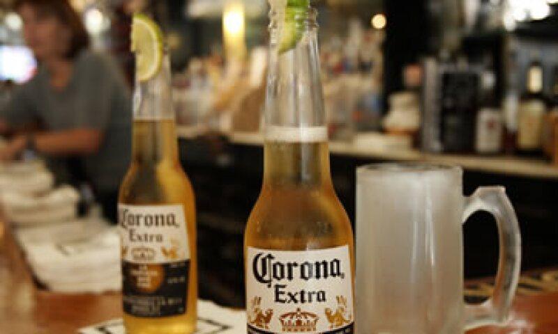 La cerveza Corona es una de las marcas más representativas de la compañía. (Foto: AP)