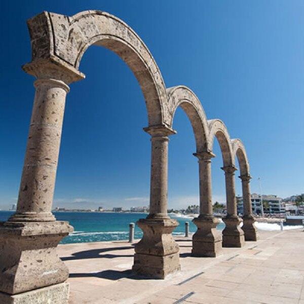 Una de las primeras esculturas que identificaron a Puerto Vallarta: los arcos del malecón.