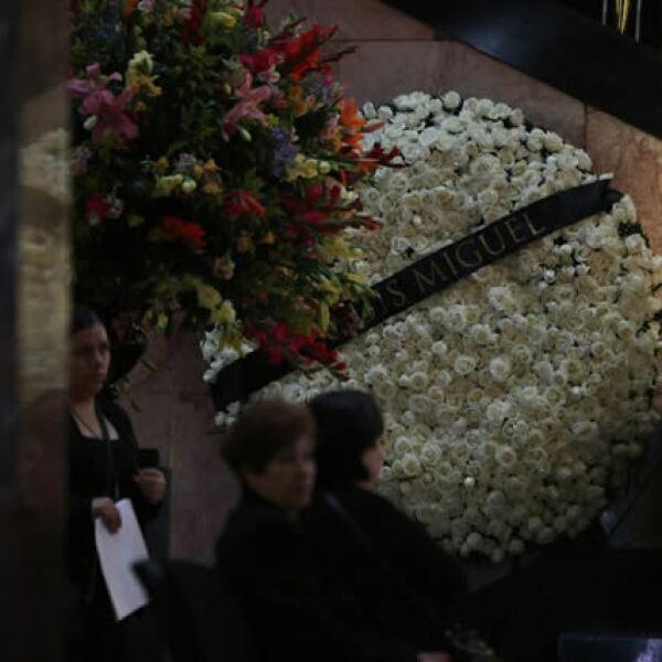 Luis Miguel mandó una corona de 500 rosas blancas para el homenaje a Juan Gabriel en el Palacio de Bellas Artes.