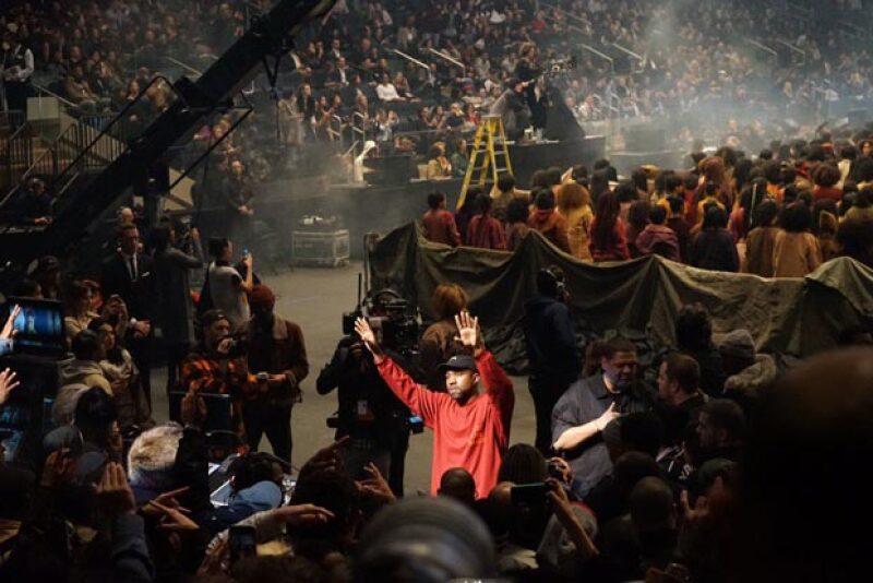 Kanye se dio tiempo para saludar a su publico y presentar su nuevo material.