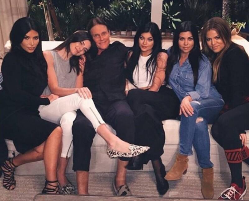 Kim Kardashian y sus hermanas en una de sus últimas fotos con Bruce Jenner.
