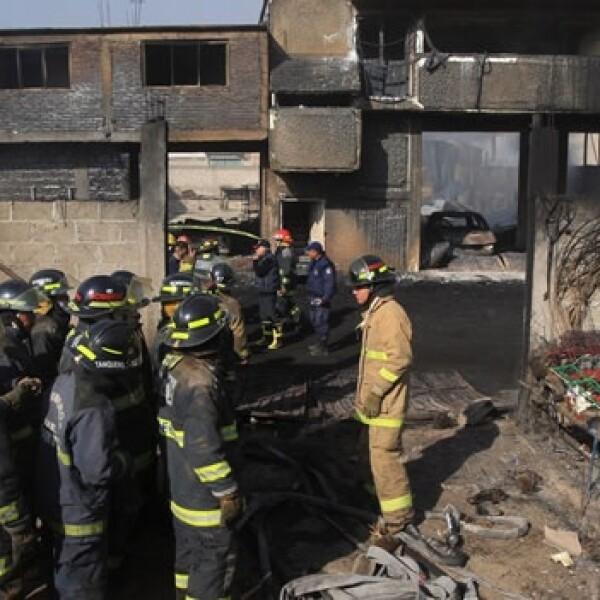 Personal de Protección Civil de Puebla evacua los cuerpos en una de las zonas más dañadas por el estallido