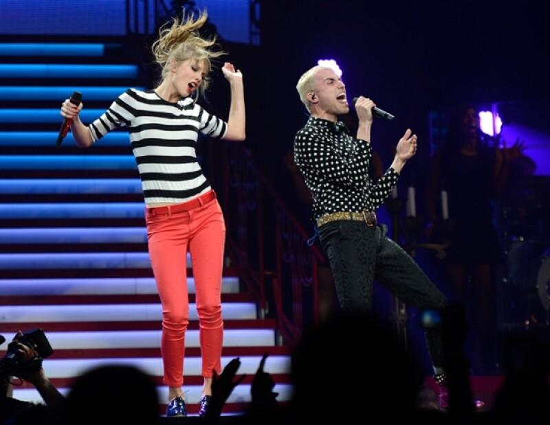 Taylor Swift utilizando jeans color rojo