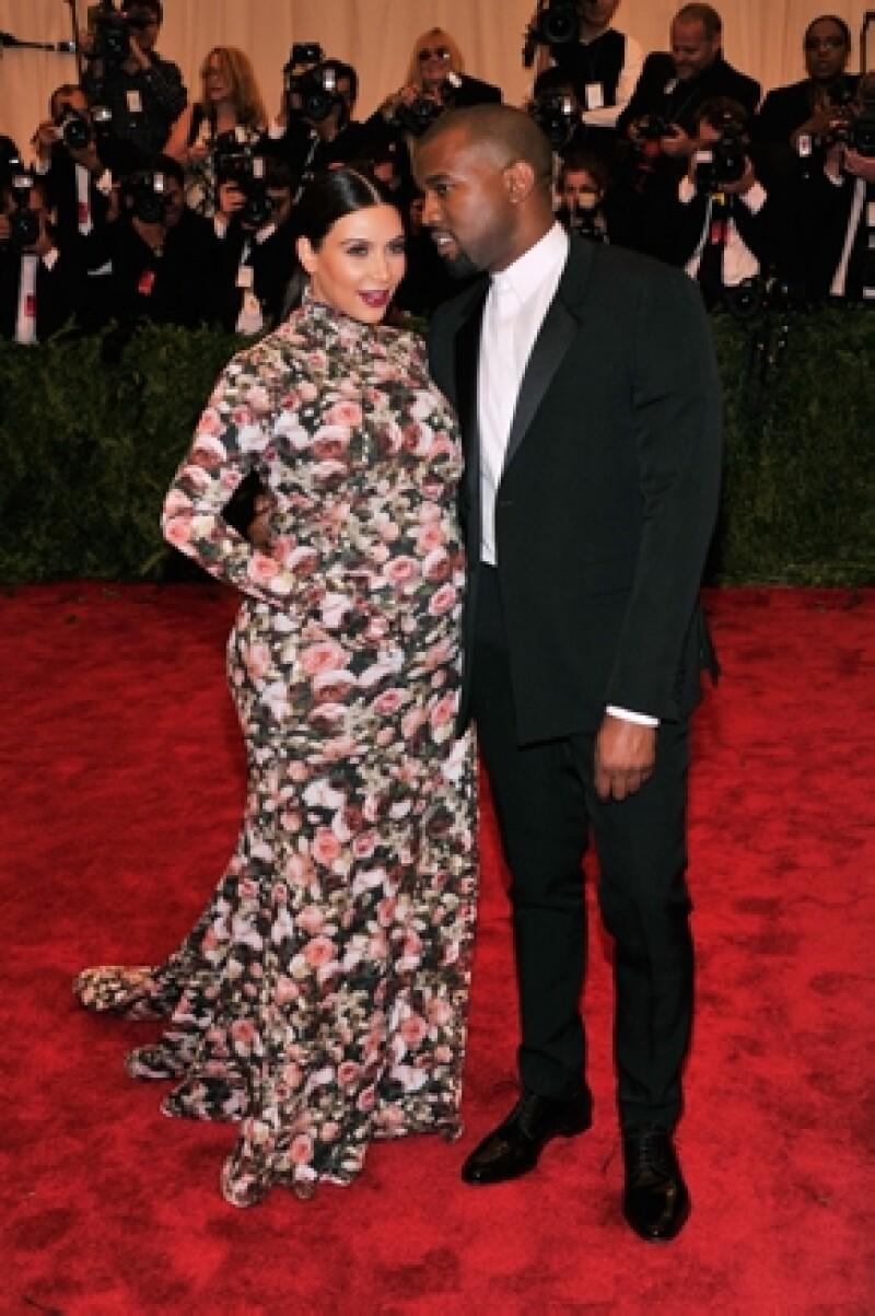 El actor publicó una imagen de la socialité en la que aparece junto a su personaje de la película de los 90; el estampado de sus vestidos es prácticamente idéntico.