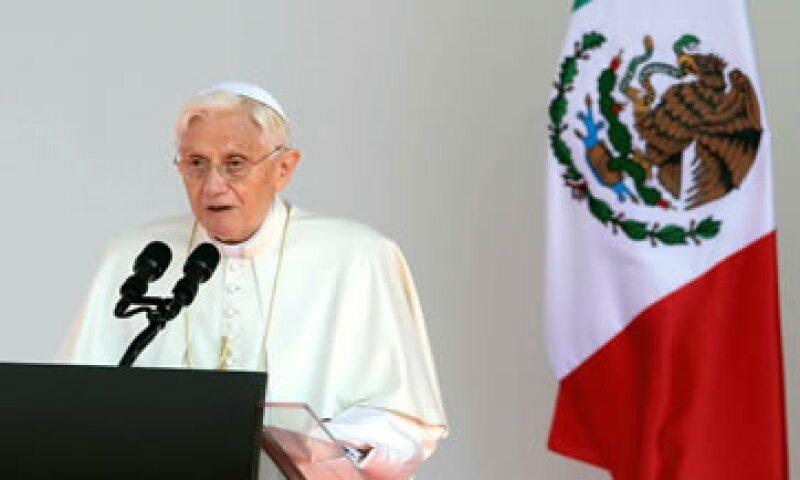 El Papa Benedicto XVI  dejará de usar los tradicionales zapatos rojos tras su renuncia. (Foto: Notimex)