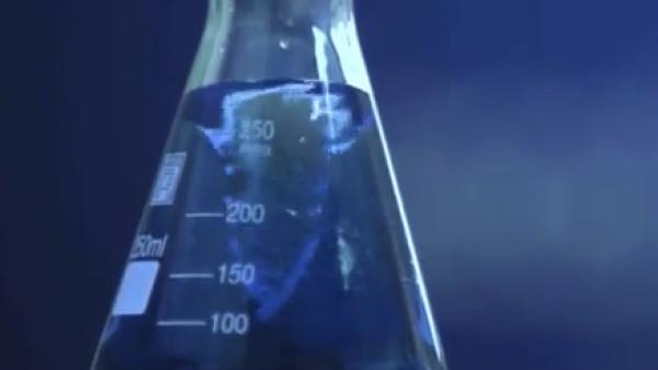 Un ingeniero colombiano desarrolla un colorante azul 100% natural