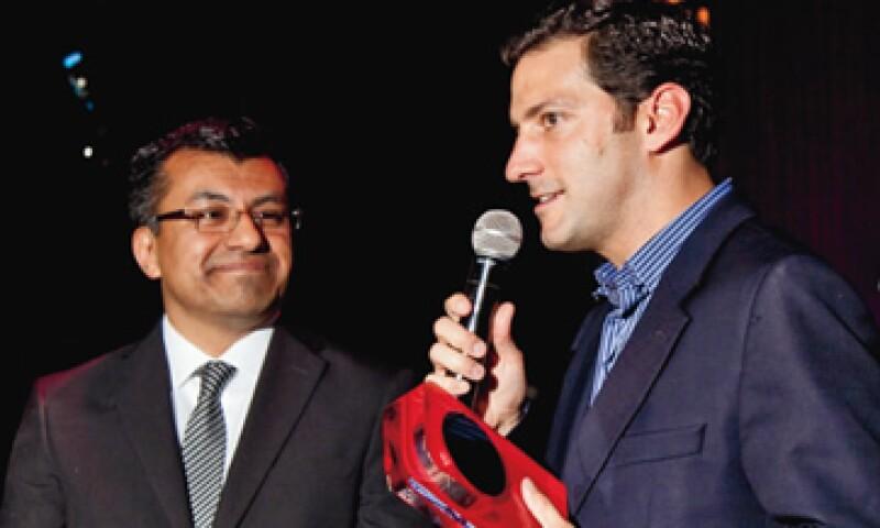 Gerardo Rojas, de Domino's Pizza (derecha), recibió los premios a su sistema de pedidos en línea. (Foto: Carlos Aranda / Mondaphoto)