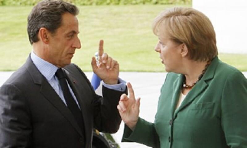 La canciller alemana, Angel Merkel y el presidente francés Nicolas Sarkozy, discuten un plan que ayude a Grecia con su deuda. (Foto: AP)