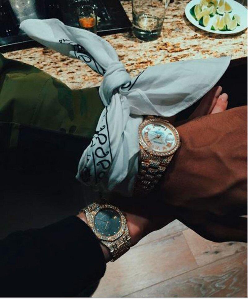 El rapero compartió esta foto junto a Kylie Jenner, en la que ambos presumen su relojes de diamantes.