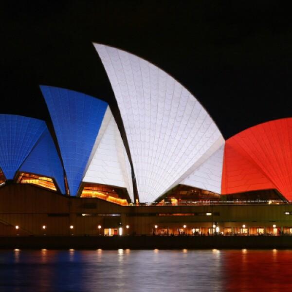 La Casa de la ópera en Australia, horas después de los ataques que dejaron al menos 129 muertos.