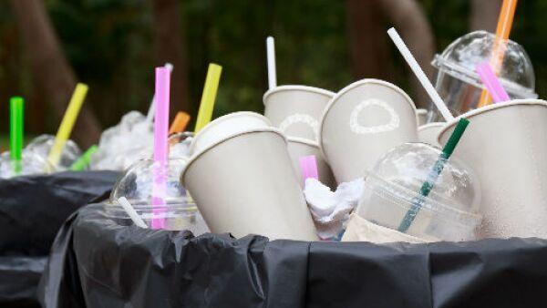 basura de vasos y popotes