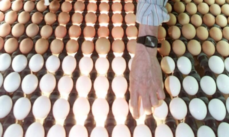 En los supermercados, el costo de la docena de huevo blanco es de hasta 25.10 pesos y de 26.75 pesos en el caso del rojo. (Foto: AP)