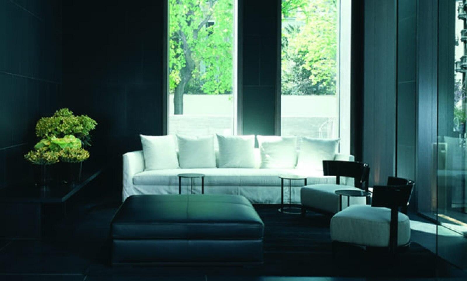 La entrada del hotel cuenta con una recepción con fino mobiliario en piel y en mármol negro, el cual realza su concepto de lujo.