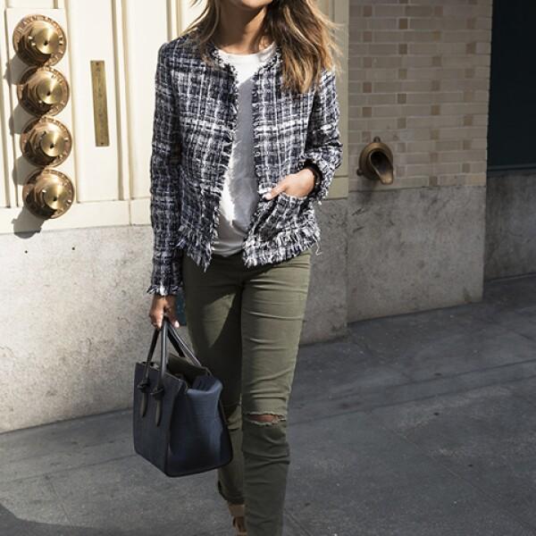 Julia Engel de Gal Meets Glam sabe cómo complementar una chaqueta de tweed sin verse anticuada.