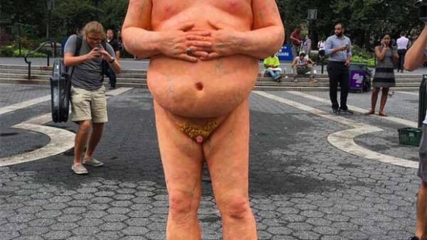 Después de que el grupo anarquista INDECLINE pusiera estatuas de Trump desnudo en varias ciudades de Estados Unidos, NY fue la primera en prohibirlas.