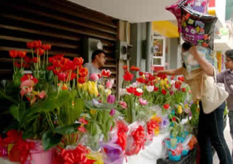 La compra de flores y regalos es parte importante de las ganancias de este día. (Foto: Notimex)