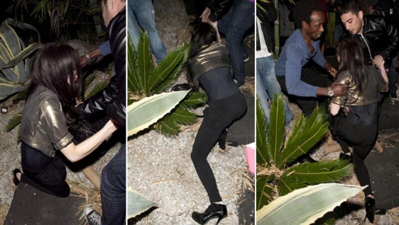 Al llegar a casa de una amiga en Hollywood y ser sorprendida por varios fotógrafos, la artista perdió el equilibrio y cayó sobre una jardinera.