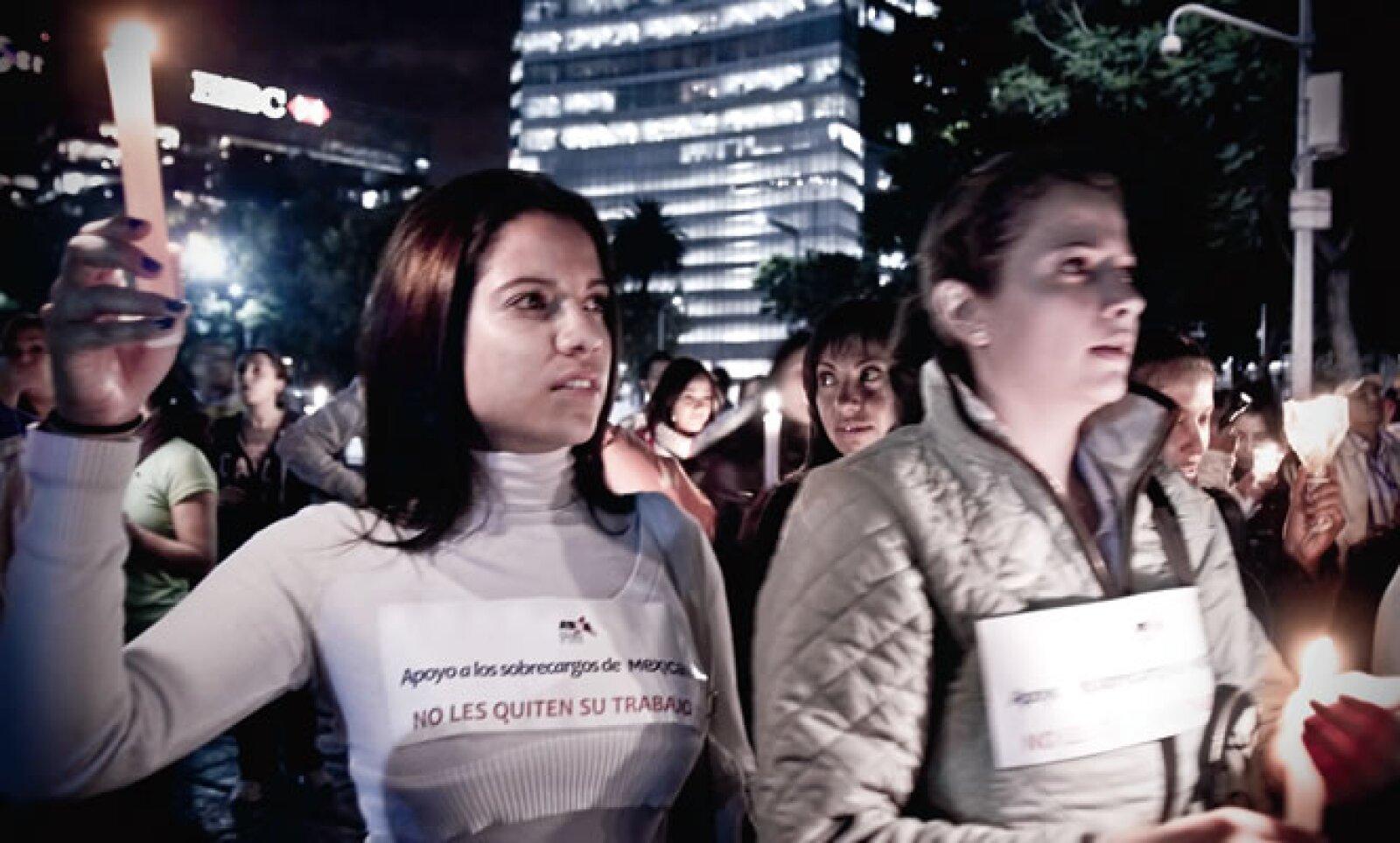 La Asociación Sindical de Sobrecargos convocó a una manifestación nocturna, así, con vestimentas blancas y veladoras en mano rodearon el Ángel de la Independencia.