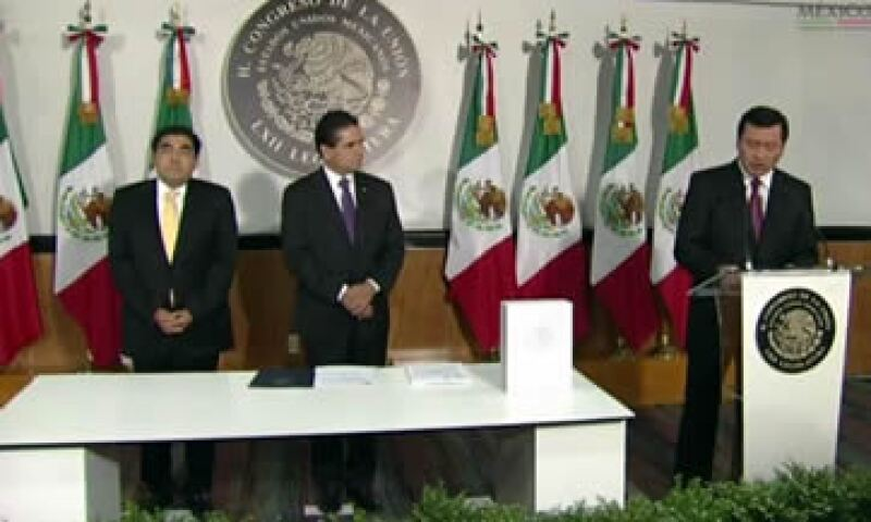 El secretario Osorio Chong (der) destacó la aprobación de las reformas estructurales y pidió profundizar el diálogo en el Congreso. (Foto: Tomada de @PresidenciaMX)