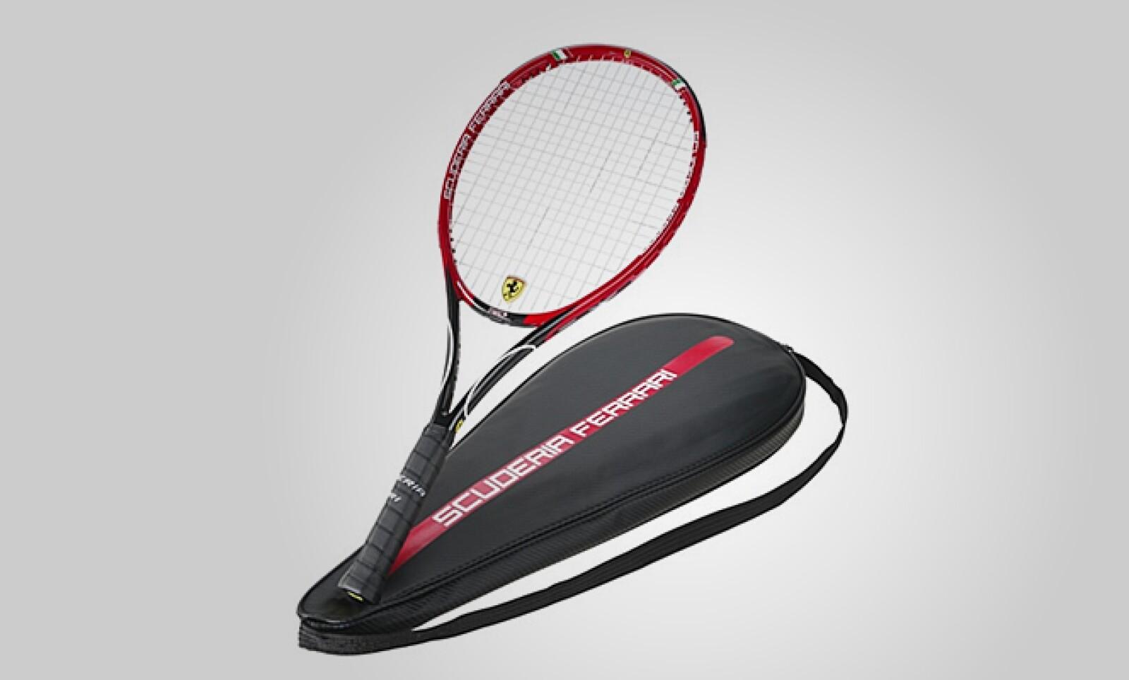 Finalmente, si lo tuyo no es la velocidad y prefieres un deporte un 'poco' más tranquilo, la escudería italiana presenta esta raqueta de tenis, que ostenta el logo de la automotriz en sus tensas cuerdas. Precio: 412 dólares.