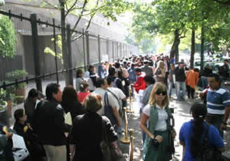 Cientos de personas acuden a la Embajada de Canadá en México para tramitar su visa. (Foto: NTX)