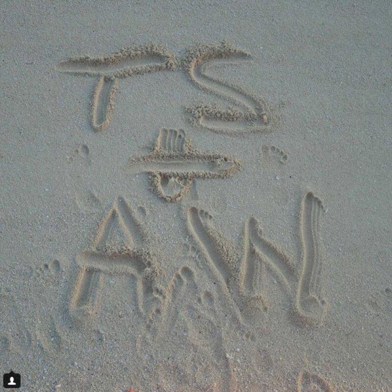 Taylor Swift y Adam Wiles, se lee en la arena.
