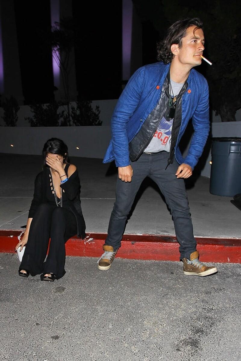 El actor se alejó de inmediato de la cantante al ver las cámaras.