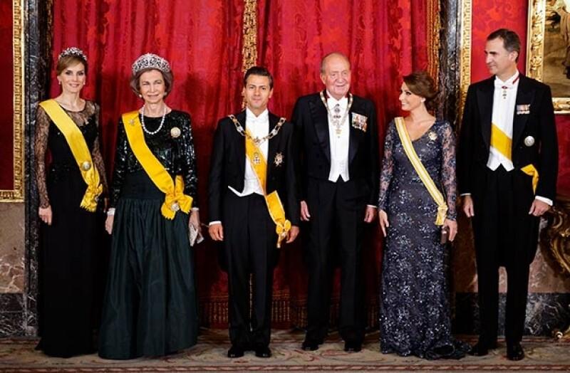 La familia real española ofreció esta cena de gala en honor al mandatario mexicano y su esposa.