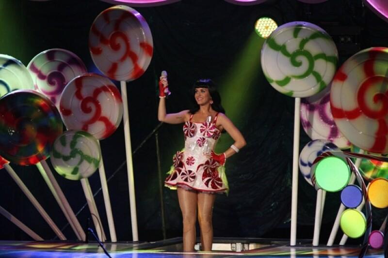 La cantante estadounidense se presentó este sábado en la Ciudad de México con su gira `California Dreams Tour´ y entre nubes de algodón deleitó a los ahí presentes.