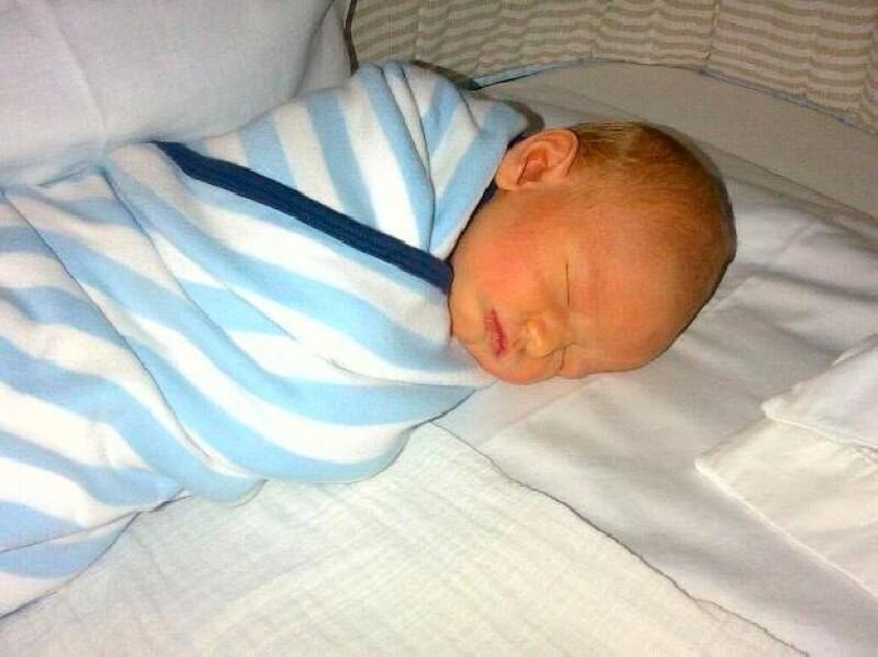 El orgulloso papá compartió a través de Twitter una hermosa fotografía de su bebé durmiendo plácidamente en casa.