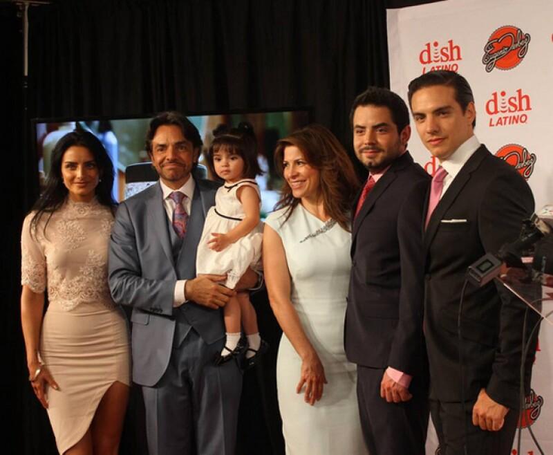 Toda la familia Derbez reunida en un evento.