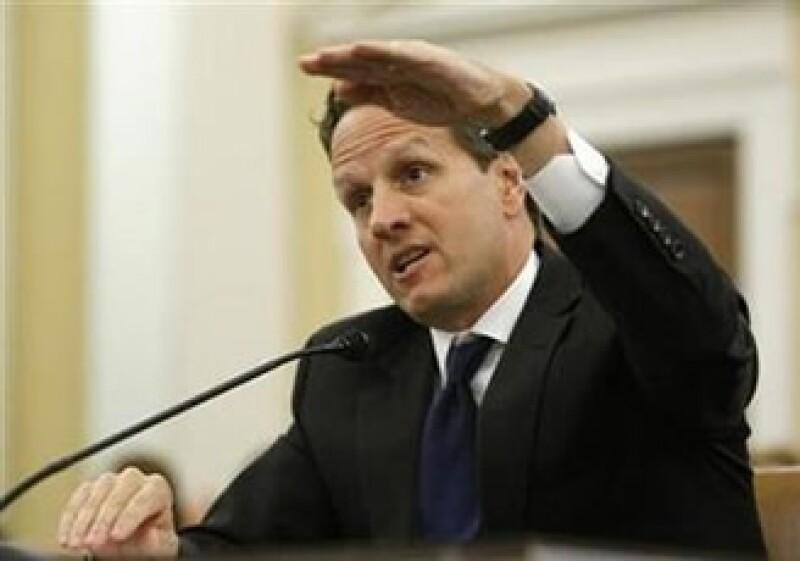 El secretario del Tesoro de EU, Tim Geithner, argumenta que los derivados son instrumentos destructivos para la economía. (Foto: Reuters)