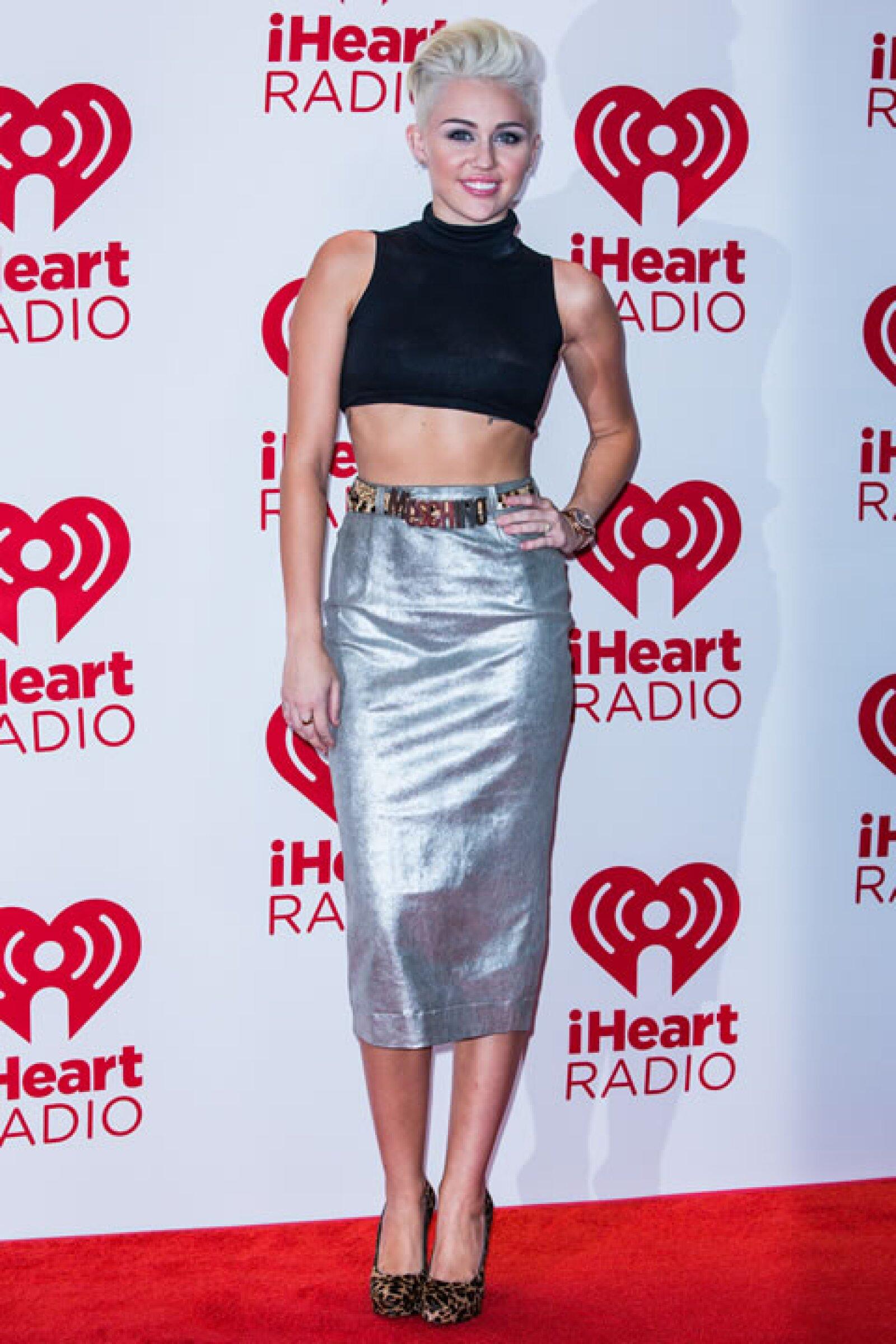 Miley Cyrus- `Dicen que las niñas que no pueden leer ni escribir no deberían de usar pencil skirts, pero Miley luce genial´.