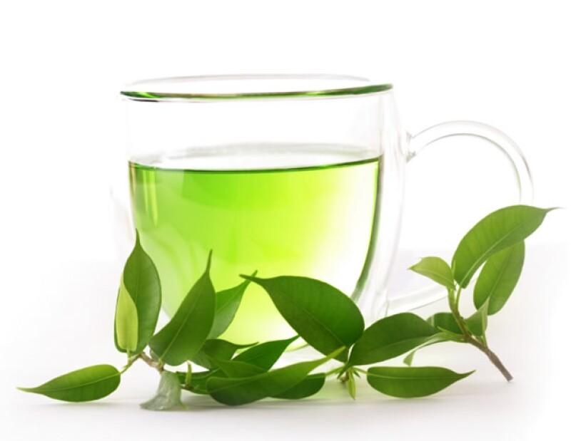 El té verde ayuda a desinflamar la piel. Puedes tomarlo o aplicarlo directamente en la piel inflamada.