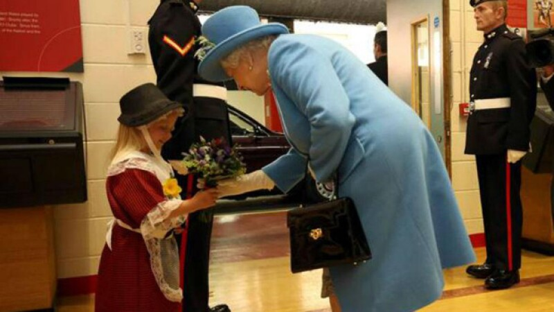 La pequeña nunca olvidará el día que conoció a la Reina de Inglaterra pero no precisamente por la emoción del encuentro, si no por el golpe en la cara que recibió.