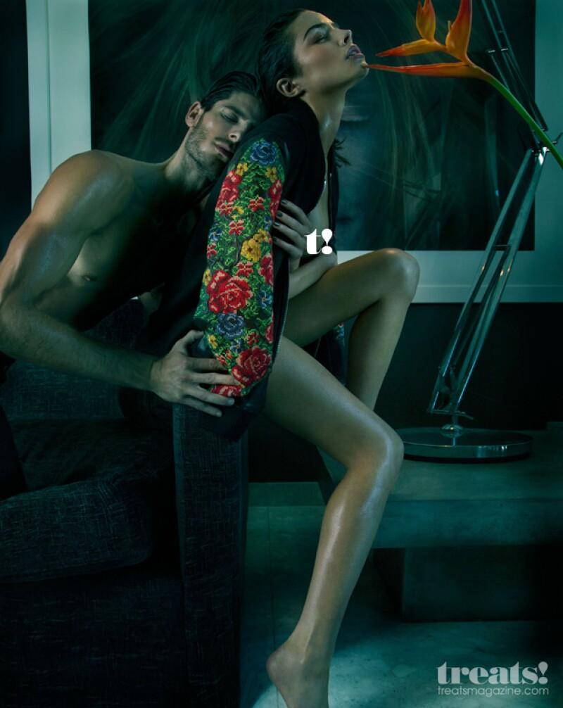 La modelo posa junto con Adam Nicklas en las fotos.