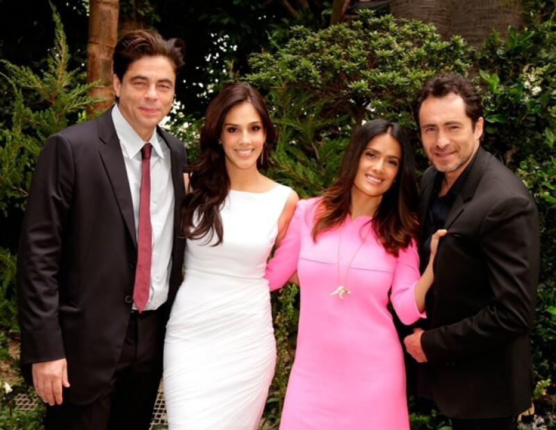 Los actores mexicanos posaron felices junto a Benicio del Toro, su compañero en la cinta `Savages´