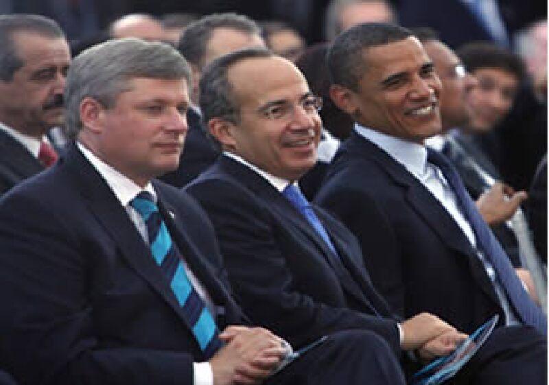 En el segundo día de la Cumbre en Guadalajara, Stephen Harper, Felipe Calderón y Barack Obama se reunieron para discutir temas de seguridad, salud y crisis financiera.  (Foto: NTX)