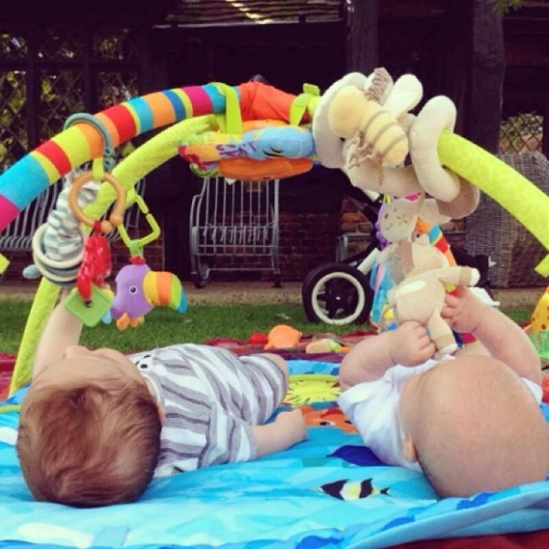 Los gemelos Sasha y Tristan juegan en el jardín de su residencia.