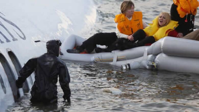 """El piloto anunció a los pasajeros que el avión estaba cayendo y que se prepararan para el impacto. """"Chocamos con el agua muy fuerte. Fue aterrador"""", contó el pasajero Jeff Kolodjay."""