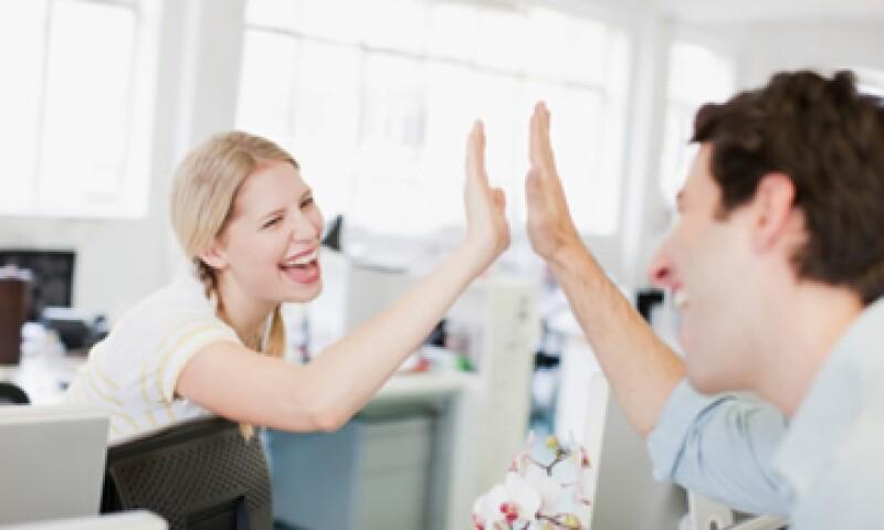 Los expertos te aconsejan evitar los favoritismos con tus amigos de la oficina.  (Foto: Getty Images)