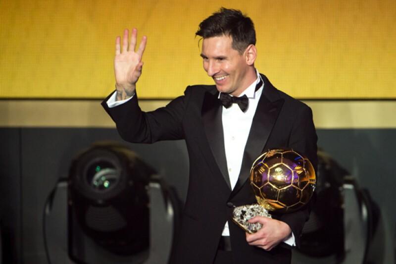 El futbolista argentino recibió por parte de la FIFA el Balón de Oro 2015 que lo corona como el mejor jugador en el último año, superando así a los otros dos nominados, Christiano Ronaldo y Neymar.