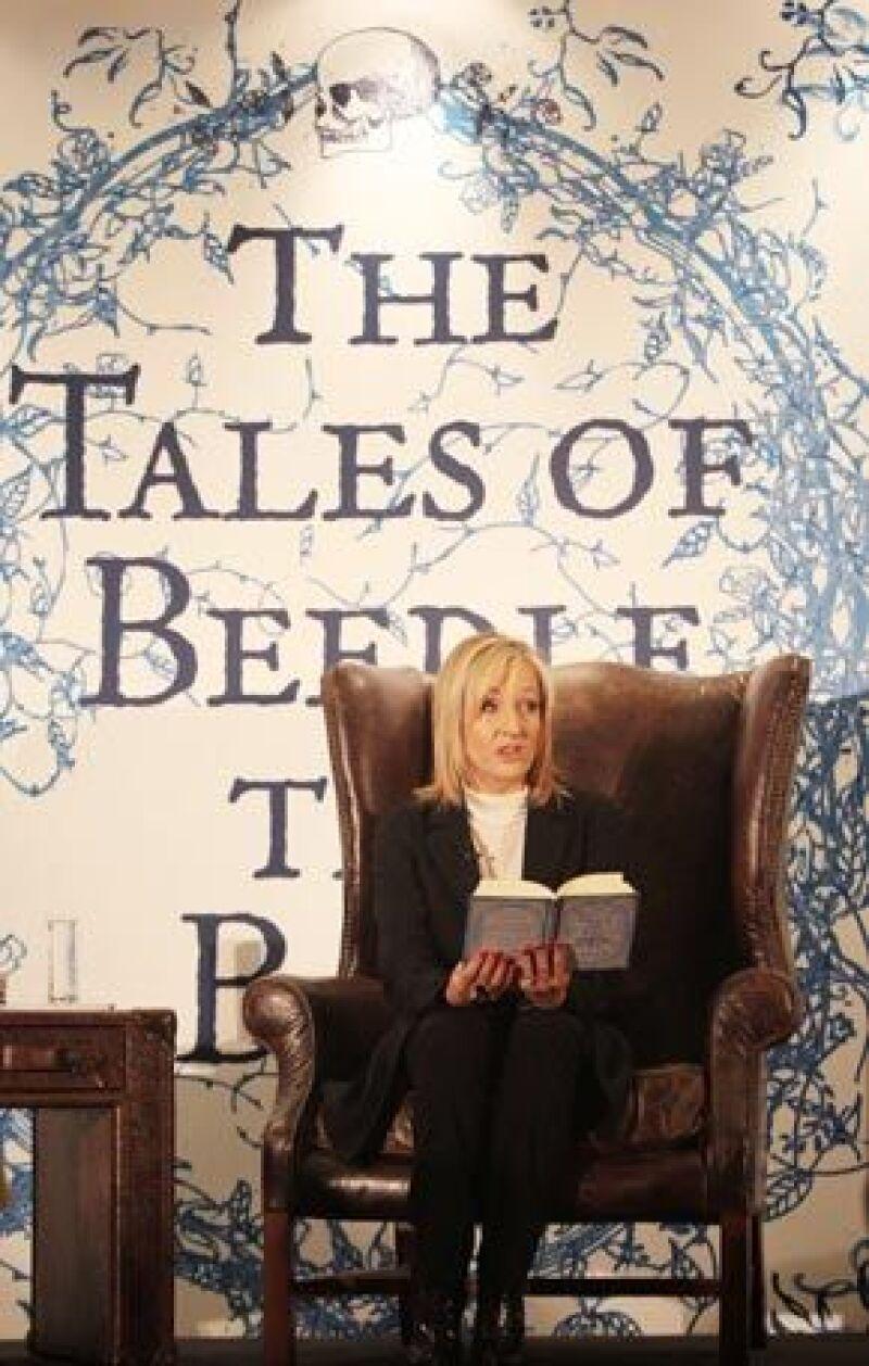 """La autora de """"Harry Potter"""" celebró este jueves el lanzamiento de """"The Tales of Beedle the Bard"""" con una fiesta para 200 niños en la Biblioteca Nacional de Escocia en Edimburgo, donde reside."""