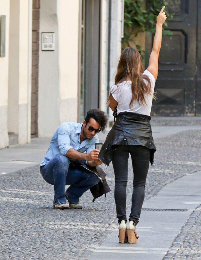 Orgulloso de su esposo, Aarón le tomó fotos mientras ella modelaba.