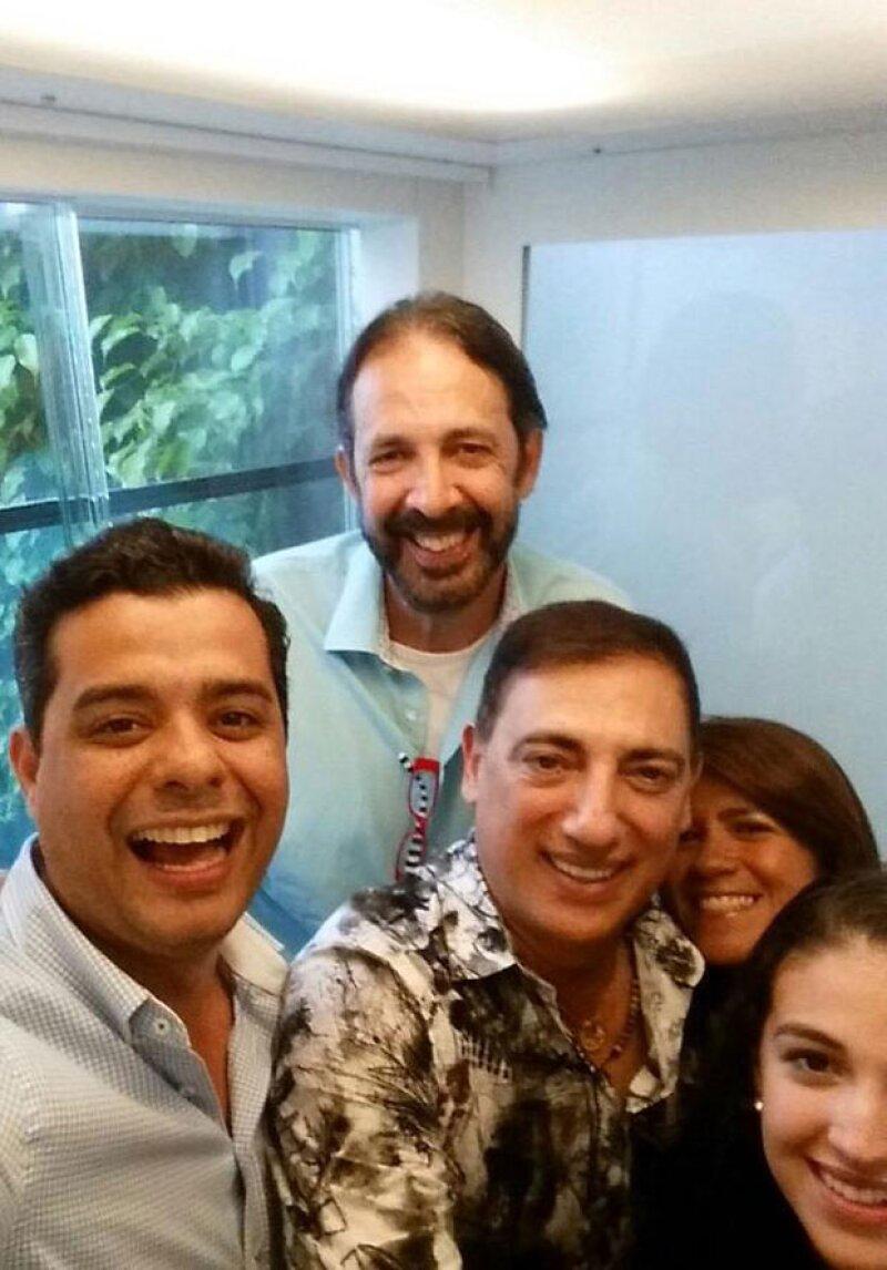 La cantante colombiana no perdió tiempo, e inmediatamente compartió el pequeño incidente, en donde aparece Juan Luis Guerra con la familia de Shakira.