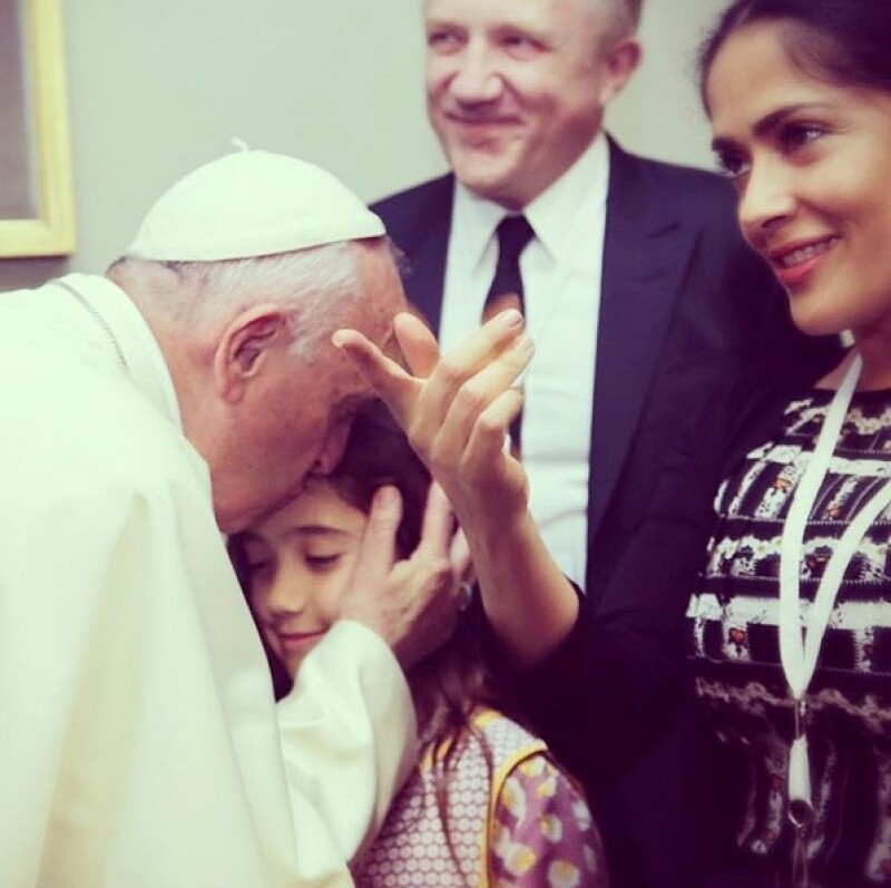 La hija de la actriz y el empresario François-Henri Pinault fue bendecida por el pontífice en el Vaticano.